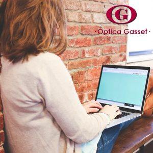 Adopta una postura correcta en tu trabajo con el ordenador.